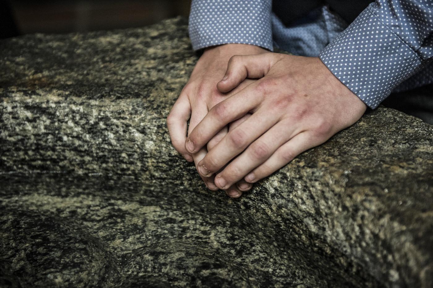Hænder på døbefont