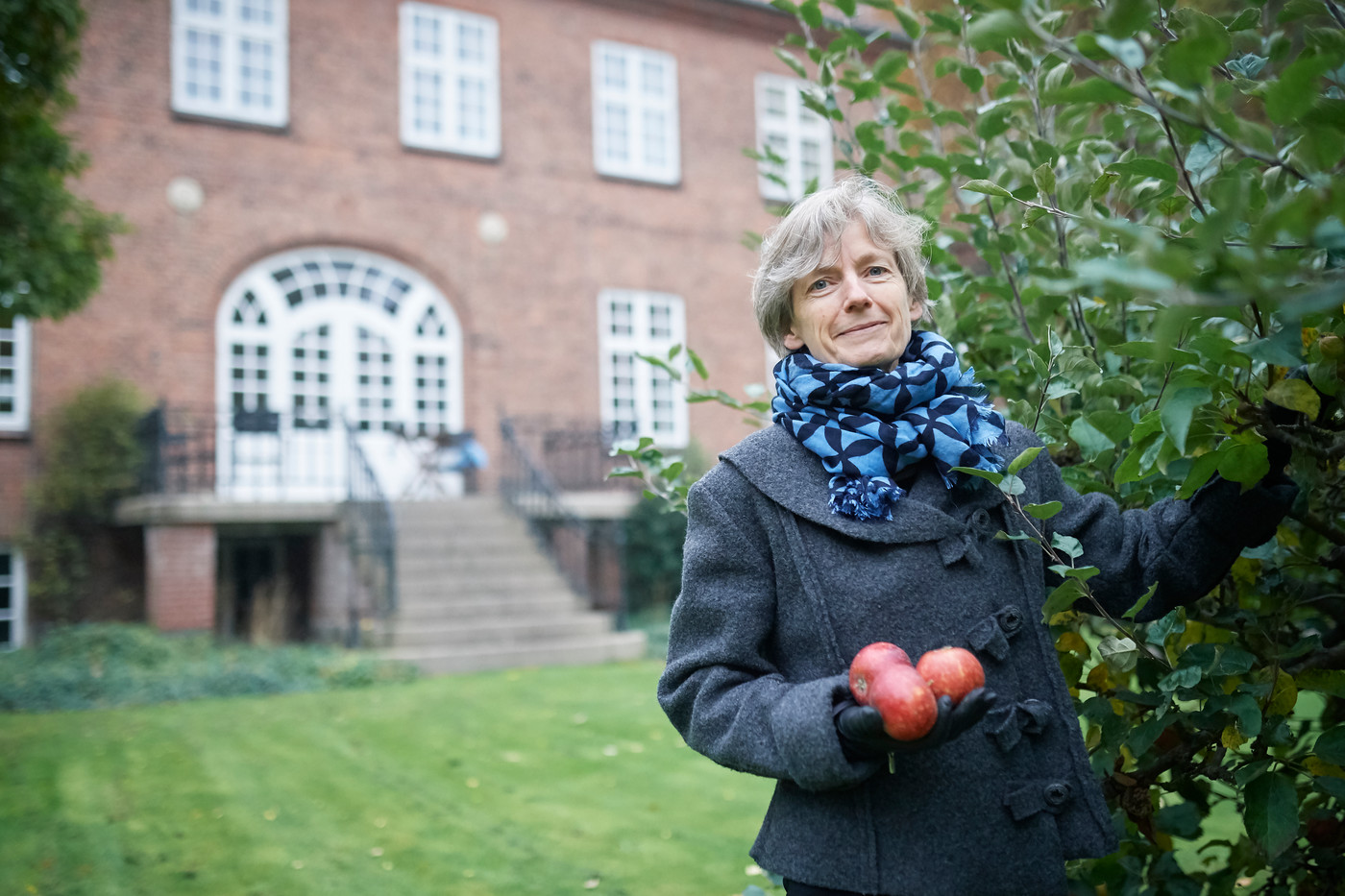 Tine Lindhardt halvtotal i haven foto Ard Jongsma.jpg