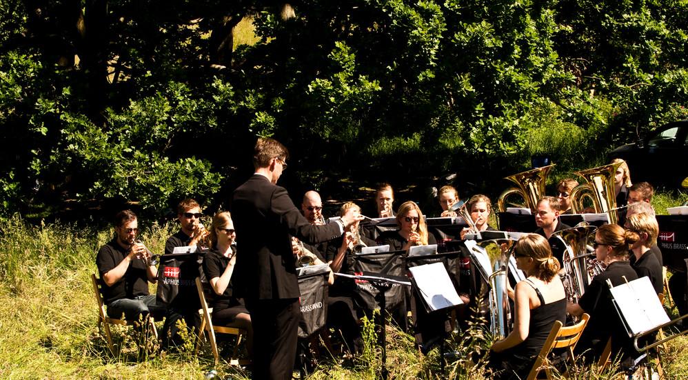 Friluftsgudstjenesten har også sang og musik, ofte med lokale orkestre