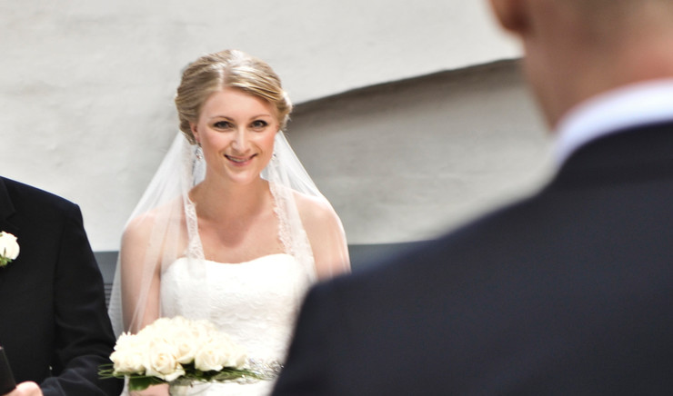 Bruden sidder før vielsen overfor sin kommende mand.