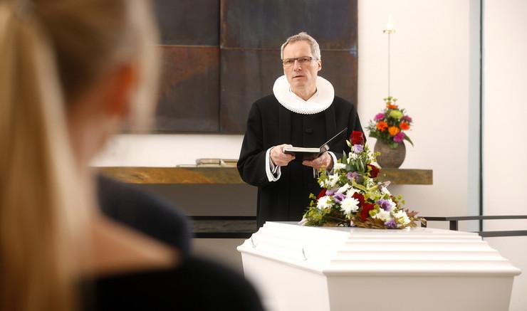 Kirkelig begravelse og bisættelse er afsked med en, vi holdt af. Og så er det forkyndelse af opstandelse, håb og trøst.
