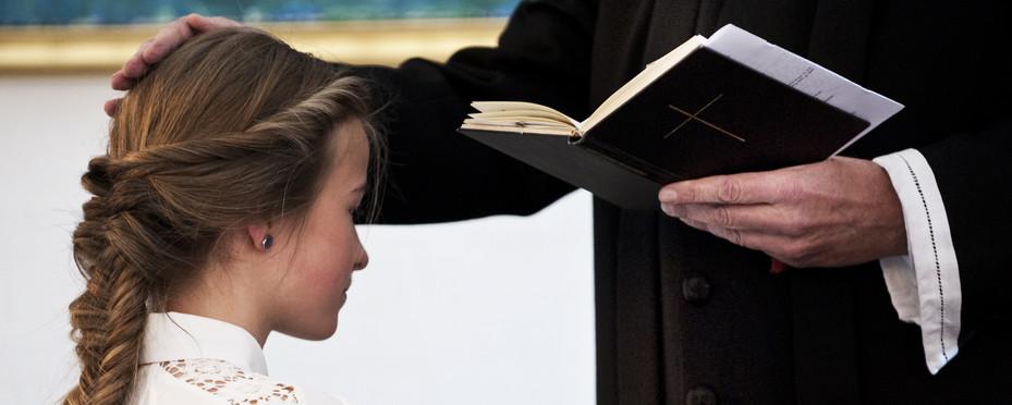 Selve konfirmationen foregår ved alteret.
