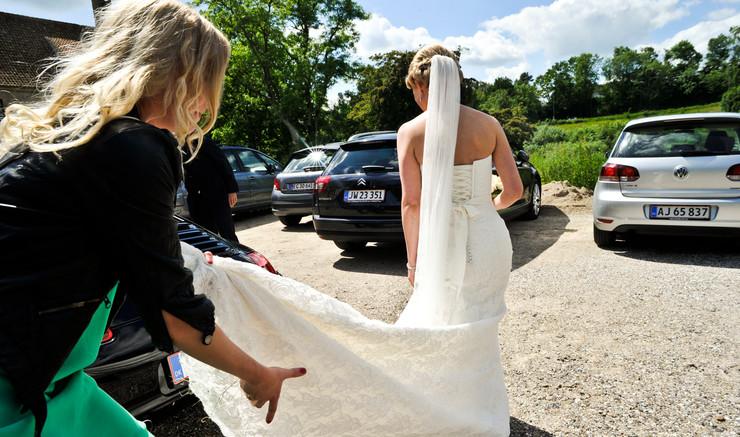 Bruden får vielsesringen på.