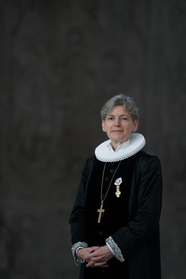 Tine Lindhardt i præstekjole foto Ard Jongsma.jpg
