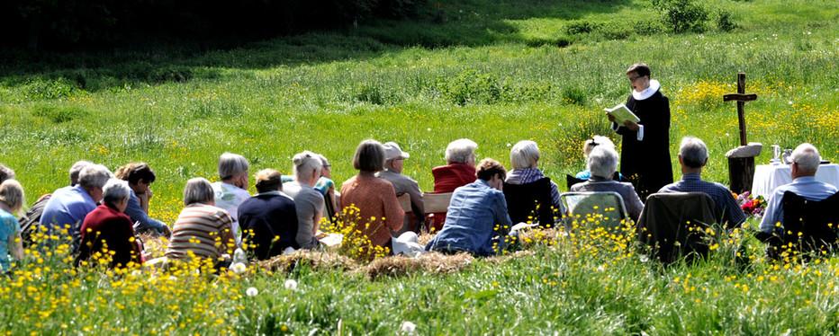 Folkekirken fejrer også gudstjenester ude i naturen, særligt 2. pinsedag og ofte i fællesskab mellem flere kirker