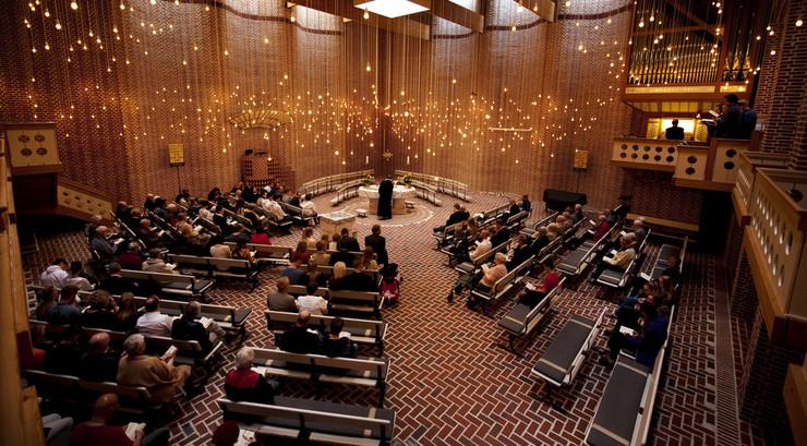 Denne kirke er indrettet klassisk luthersk med prædikestol, døbefont og nadverbord som de centrale elementer