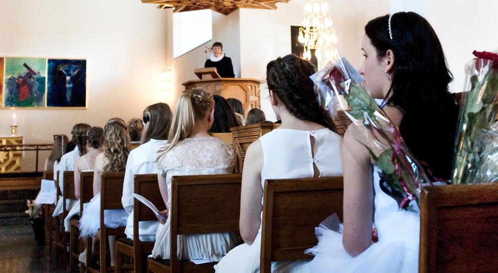 Når konfirmanderne har fundet deres plads i kirken, bliver der bedt indgangsbøn, sunget salmer og læst fra Bibelen. Præsten holder også en tale til konfirmanderne.