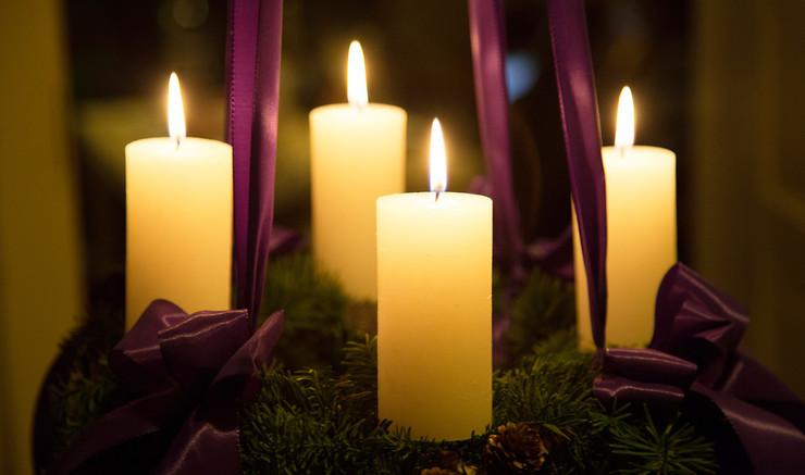 Fjerde søndag før juledag begynder adventstiden.