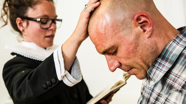 De fleste bliver døbt som børn, men voksendåb bliver mere og mere almindeligt i folkekirken.