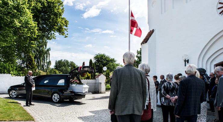 Flaget er altid på halvt ved en bisættelse eller en begravelse.