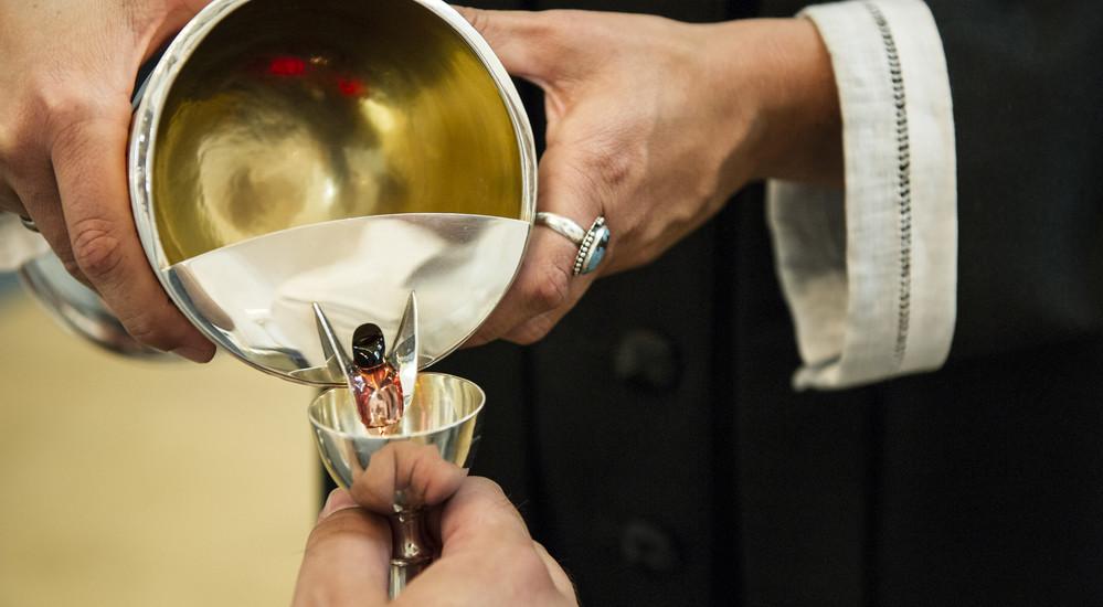 Nadver i højmessen har takkebøn, fadervor og indstiftelse af brød og vin ved gentagelse af Jesus' ord ved sit sidste måltid