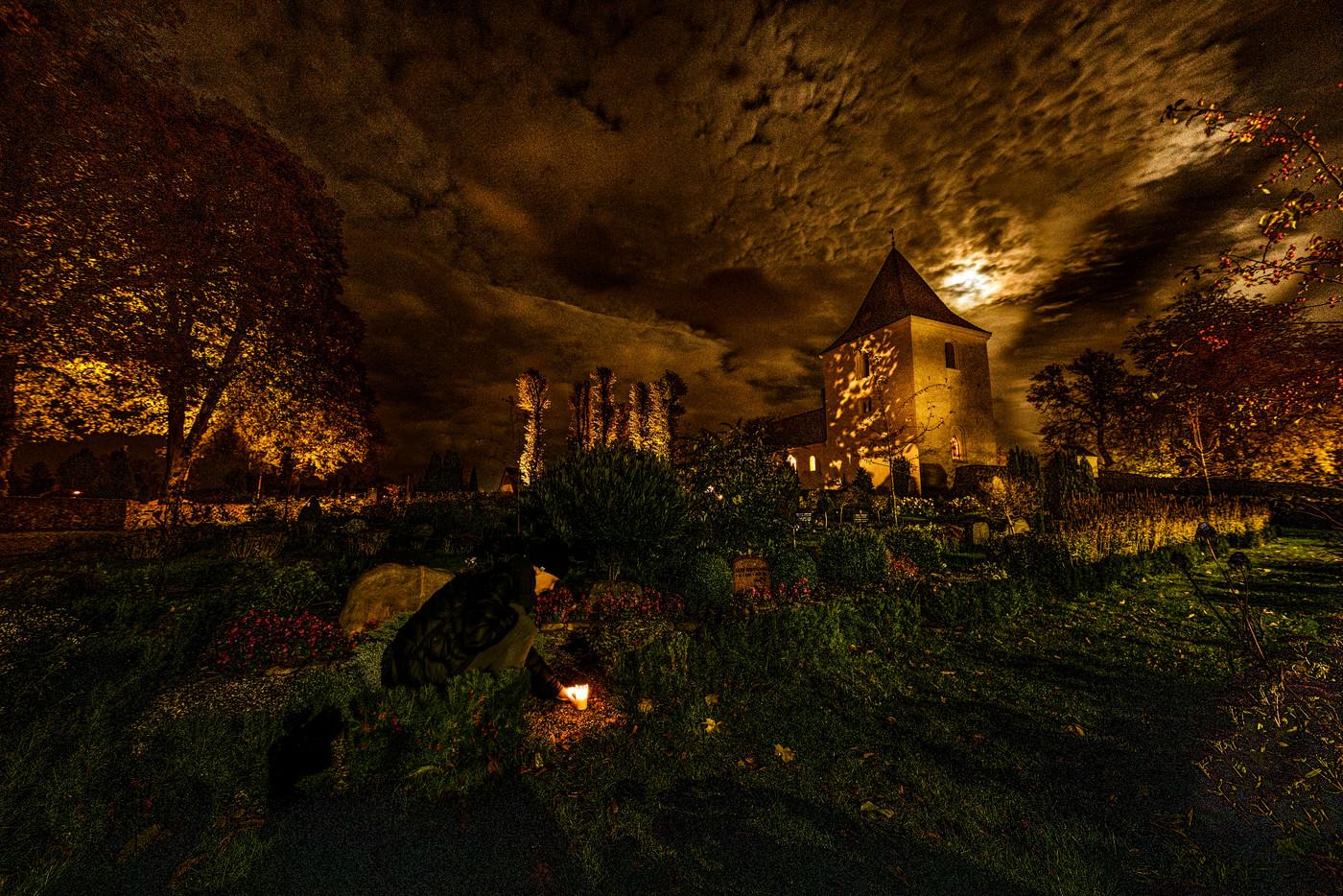 Tænde lys på kirkegården 4