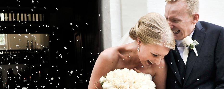Brudeparret bliver viet foran alteret.