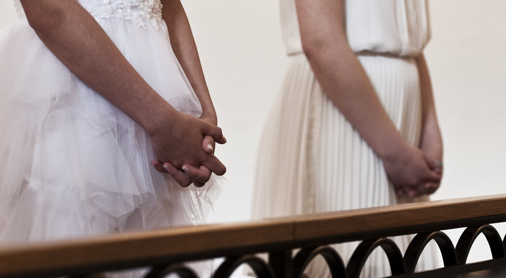 Til sidst beder præsten og konfirmanderne Fadervor sammen inden konfirmanderne går ned i kirken og finder deres pladser.