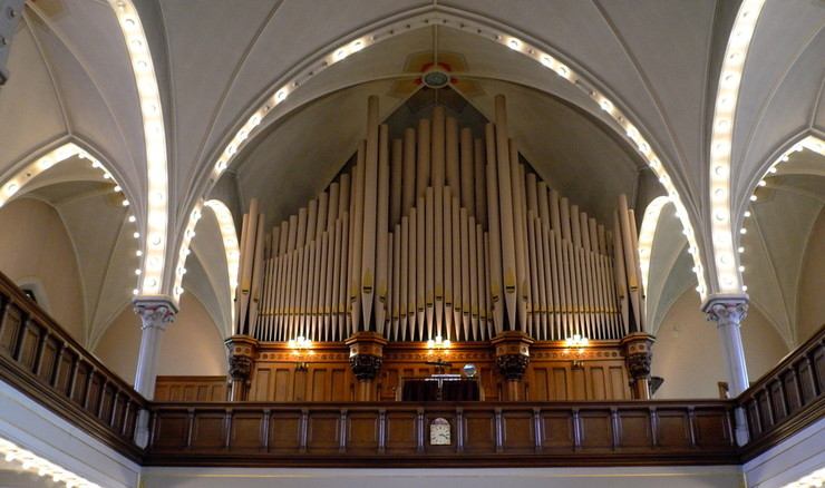 Menighedens sang ledsages ofte af orgelspil i lutherske kirker