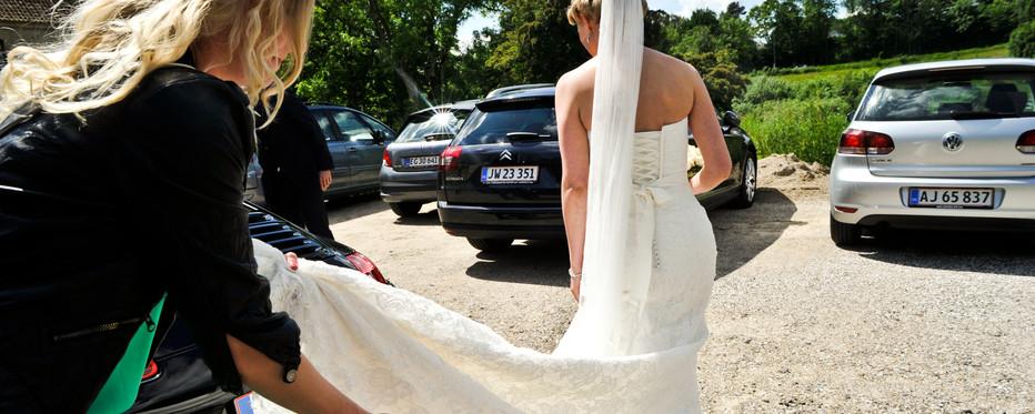Gommen sætter ringen på brudens finger.