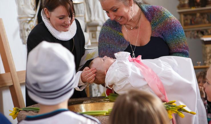 Dåben markerer, at den døbte bliver Guds barn og bliver optaget i den kristne kirke.