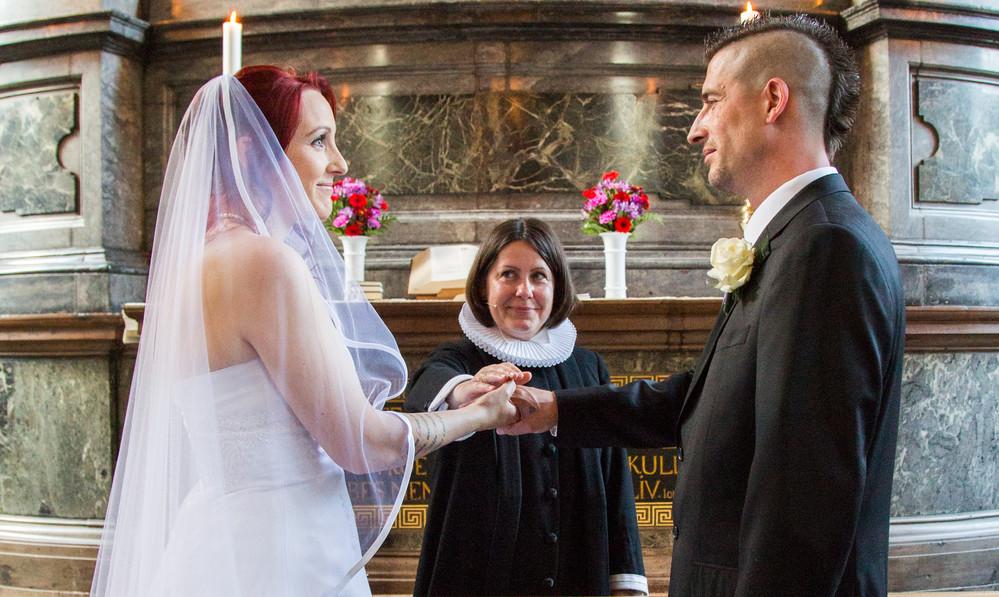 Vielsen af brudeparret foregår foran alteret.