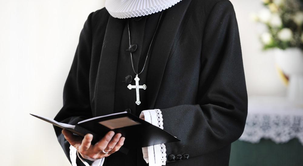 Præsten hilser på menigheden, beder bøn, kaldet kollekt, og læser første læsning fra Bibelen