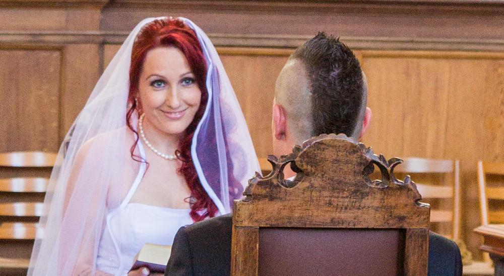 Brudepar i kirken.