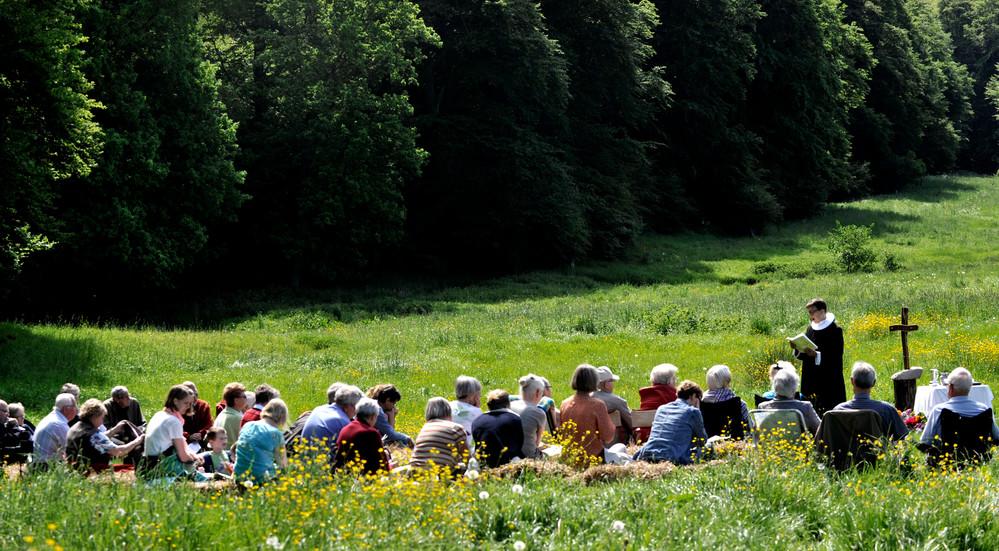 Ved mange friluftsgudstjenester er der tradition for at spise sammen og nyde medbragt mad og nyde det gode vejr.