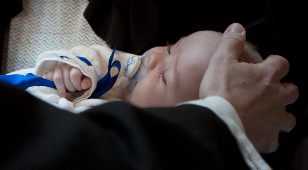 Ved dåben bliver barnet velsignet og får Guds løfte om, at han altid vil følge det som sit eget barn med sin kærlighed og velsignelse.