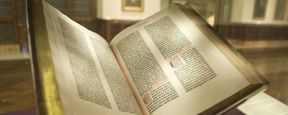 Bibelen består af 66 mindre bøger, som er skrevet i løbet af flere hundrede år