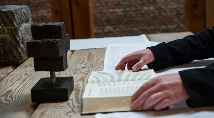 Udmeldte tror, folkekirken kræver bogstavelig tro
