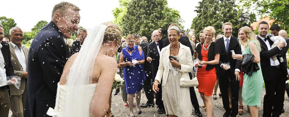 Efter brylluppet kaster gæsterne ofte ris over brudeparret.