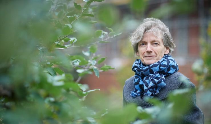 Tine Lindhardt i haven ved træ.jpg