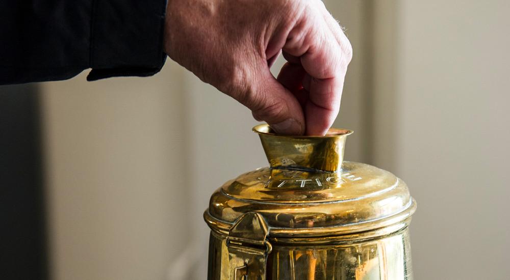 De fleste kirker samler hver søndag ind i kirkebøssen til velgørende arbejde