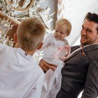 Dåbsbarn, far og storebror