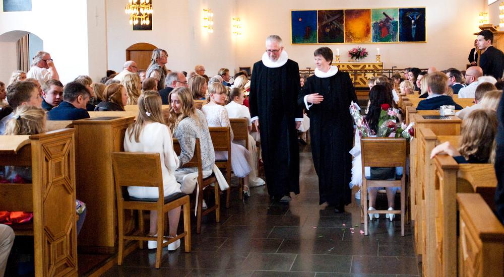 Resten af konfirmationsgudstjenesten foregår som en almindelig gudstjeneste med bøn og salmer. I mange kirker slutter gudstjenesten med at præsten og konfirmanderne går ud i procession.