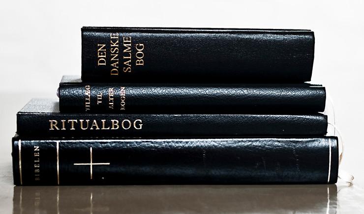 Bibelen og salmerne indeholder tekster, der kan trøste. De bliver brugt til bisættelse eller begravelsen.