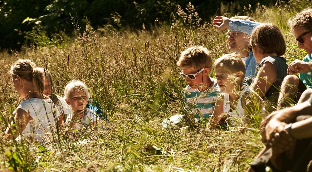 Friluftsgudstjenester tiltrækker ofte mange børn. At være i det fri virker mere børnevenligt