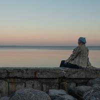 Sjælesorg - kvinde ved blikstille hav