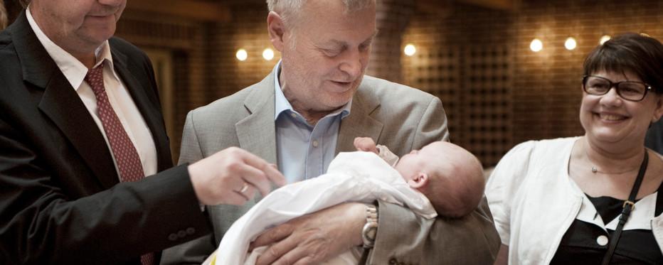 Når et barn bliver døbt skal det have mindst to faddere. De er vidner til dåben og skal tilse at barnet vokser op i den kristne tro.