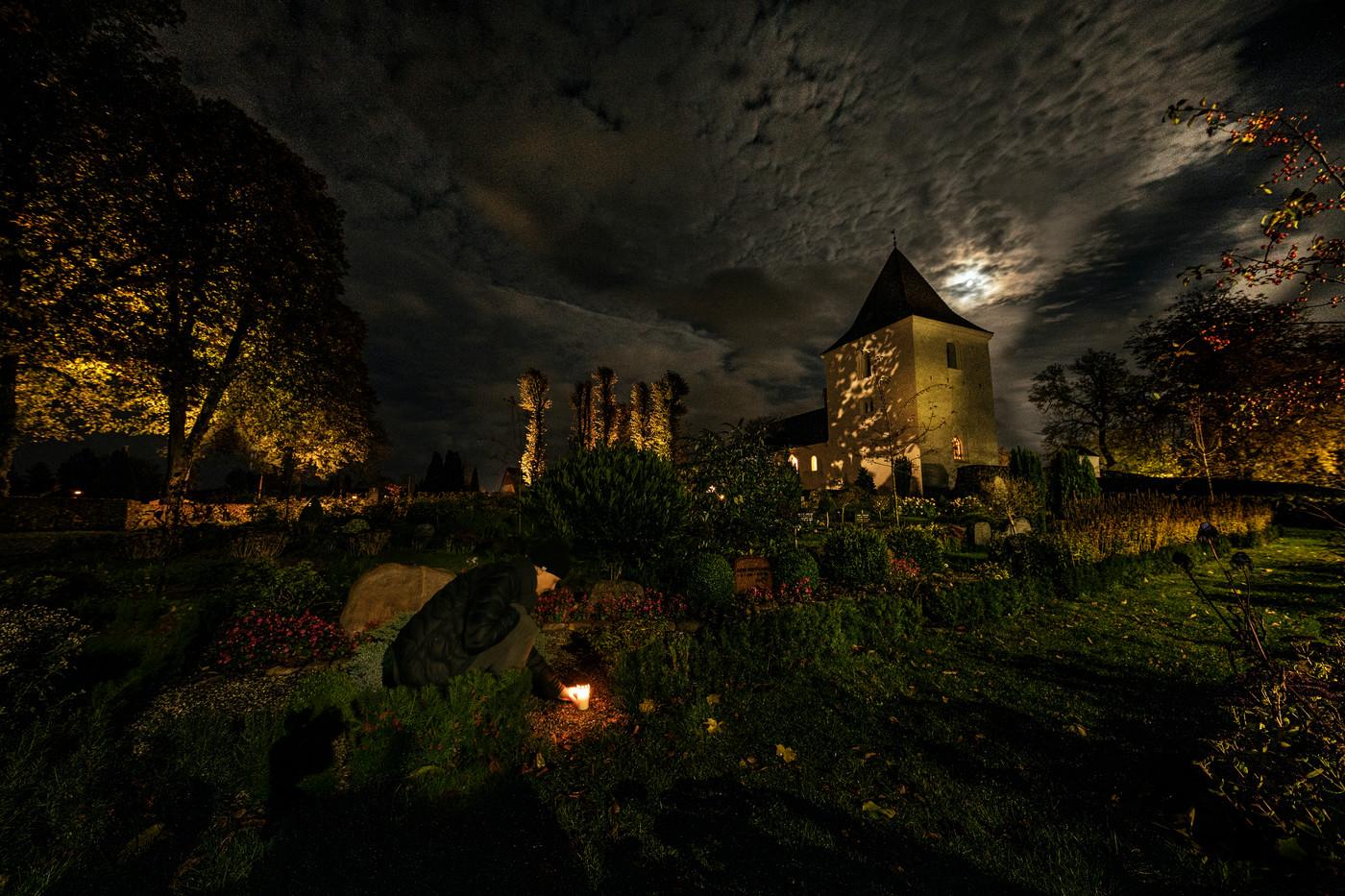 Tænde lys på kirkegården 1
