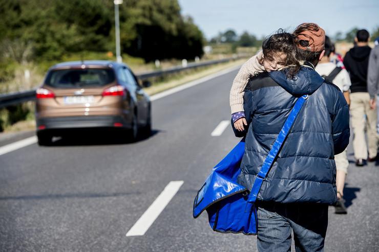På motorvejen ved Rødby bærer en far sit sovende barn. Foto: Bax Lindhardt/Scanpix