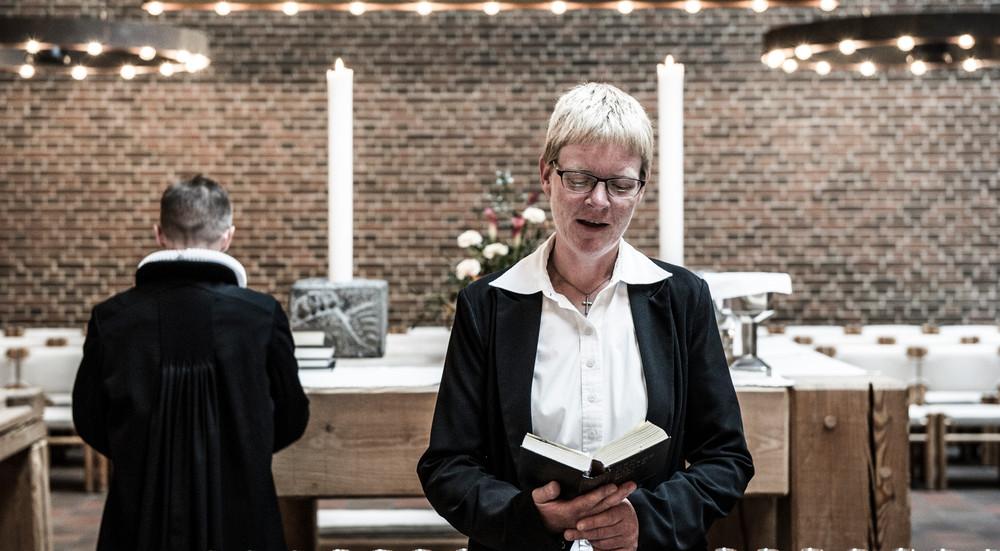 Indgangsbønnen læses af kordegn, kirkesanger eller en fra menigheden