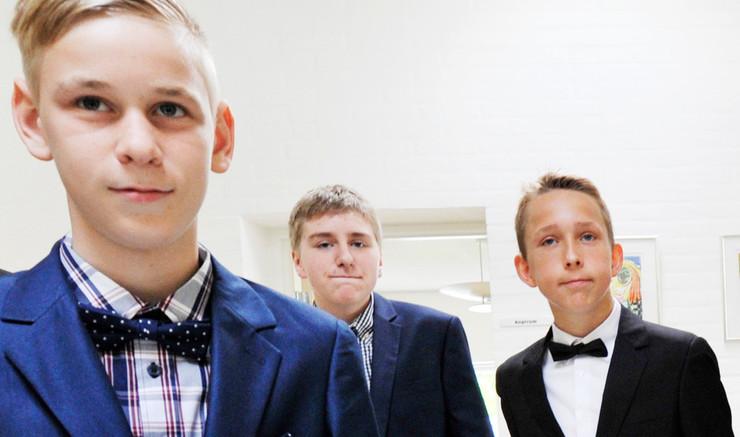 Drenge klar til konfirmantion i kirken.