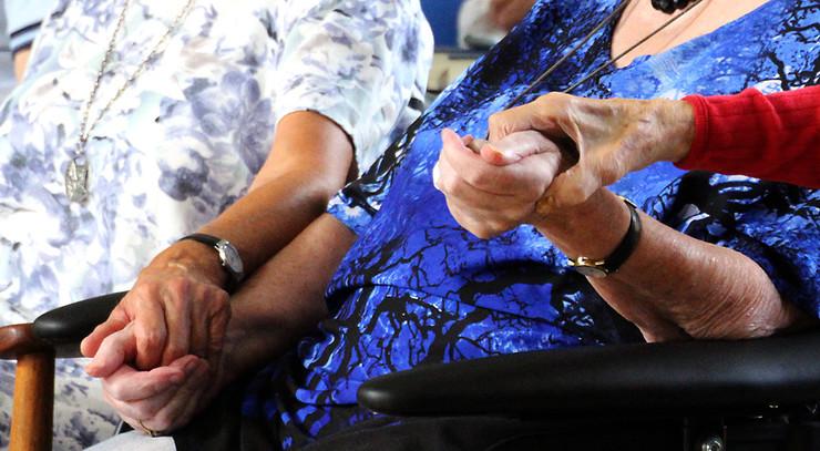 Reportagefoto fra en sansegudstjeneste for demente.