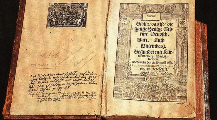 Luther oversatte hele bibelen til tysk. Han ønskede at alle skulle have mulighed for at læse den på deres modersmål.