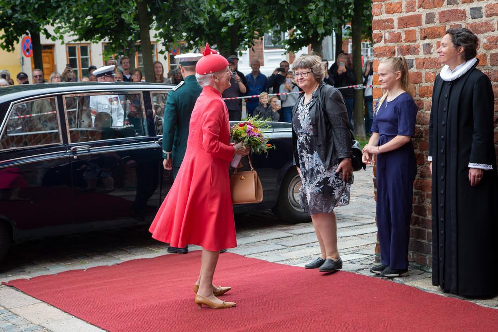 Dronning Margrethe og blomsterpige