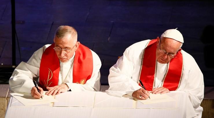 Pave Frans og Munib A. Younan underskriver erklæringen Fra konflikt til fællesskab