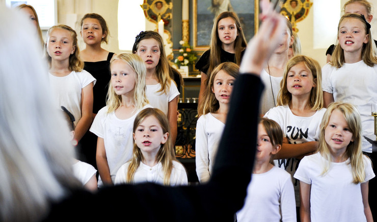 Kirkekor, koncerter, sovialt arbejde, sorggrupper, undervisning og religionsmøde er nogle af de aktiviteter, der foregår i folkekirken
