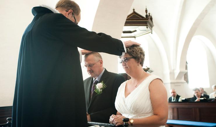 Kirkelig velsignelse af brudepar.