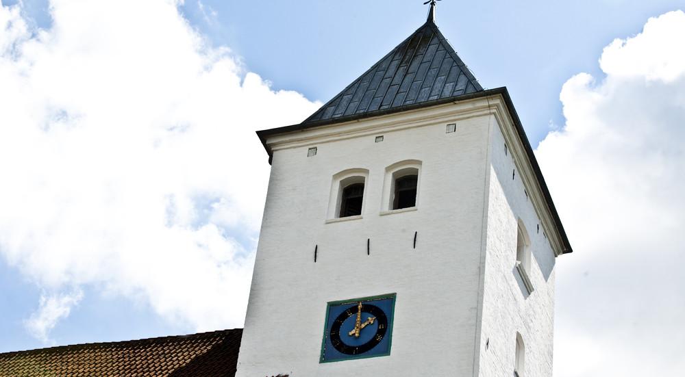 Før gudstjenesten ringes der tre gange med kirkens klokker