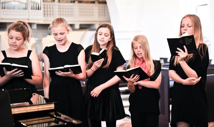Lyt til de julesalmerne og læs om deres baggrund og forfattere. Folkekirkens Ungdomskor synger.