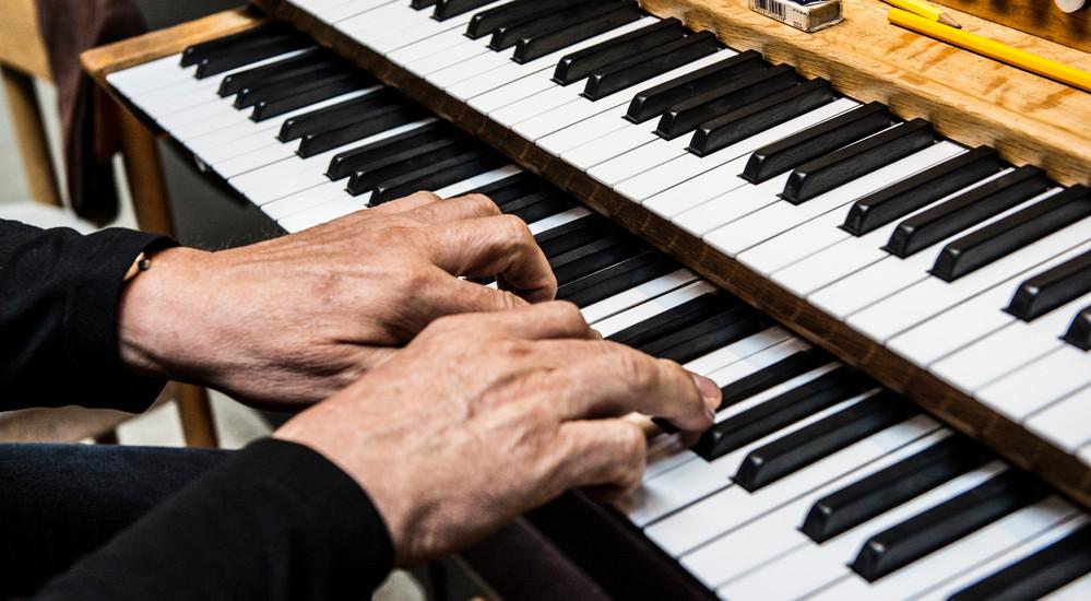 Organisten spiller præludium - forspil - oftest på orgel ved højmessens begyndelse